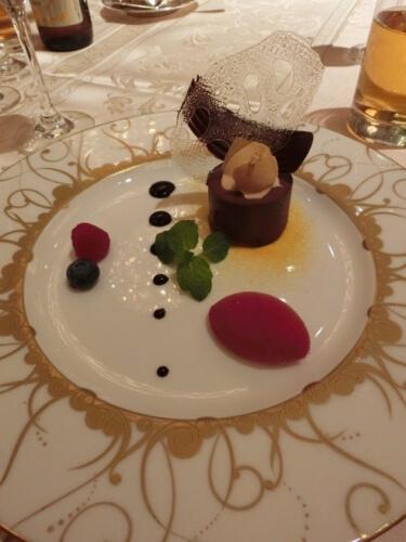 キャラメルクリームを添えたビターチョコレートのムース フランポワズのソルベ