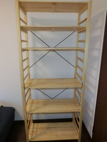 簡単に棚の位置を変更できる木製ラック